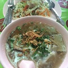Photo taken at แดง ก๋วยจั๊บญวน (ร้านใหม่) Khun Daeng - Vietnamese Noodle by czechnery on 7/18/2015