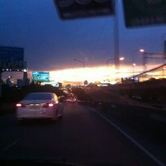 Photo taken at แยกสามเหลี่ยมดินแดง (Sam Liam Din Daeng Junction) by Muaynarok on 4/29/2013