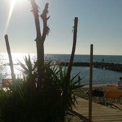 Photo taken at 40 Gradi All'Ombra beach bar by Ugo A. on 9/14/2014