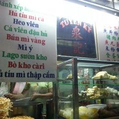 Photo taken at hủ tíu mì Tuyền Ký 泉記粉麵 by Nguyeenx Thieen Nam H. on 10/25/2012