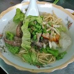 Photo taken at hủ tíu mì Tuyền Ký 泉記粉麵 by Nguyeenx Thieen Nam H. on 1/26/2014