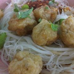 Photo taken at ลูกชิ้นปลาเล่าจึง สุขุมวิท101/1 by โดดเดี่ยวเจี๊ยวหด on 10/14/2012