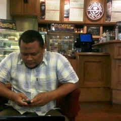 Photo taken at The Coffee Bean & Tea Leaf by Sigit K. on 3/7/2013