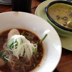 Photo taken at ก๋วยเตี๋ยวเรือปู่พลอย by 🌸🌸CHENG🌸🌸 on 8/7/2012