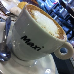 Photo taken at Maxi Pão by Allan S. on 7/29/2012