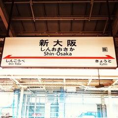 Photo taken at JR 新大阪駅 25-26番線ホーム by まんのじ on 7/29/2012