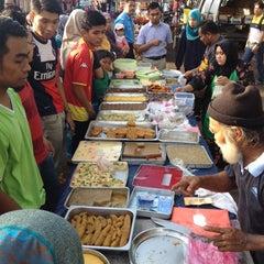 Photo taken at Bazar Ramadhan Seksyen 17 by Aiman A. on 7/8/2014