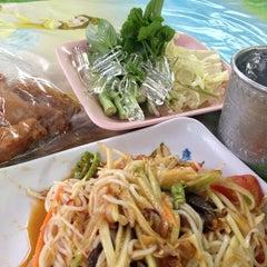 Photo taken at ส้มตำ ร้านส้มตำเจ๊ไหม by yada .. on 9/2/2013