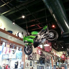 Photo taken at Quaker Steak & Lube® by TAQUAN B. on 4/10/2013