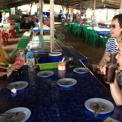 Photo taken at เจ๊อึ่งซีฟู๊ด (ป่าคั่น) Jae Aung Seafood by EveEva E. on 11/25/2012
