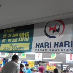 Photo taken at Hari Hari Pasar Swalayan by Robert W. on 6/26/2015