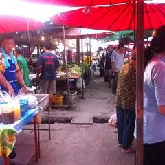 Photo taken at ตลาดนัดแยกกรุงเทพกรีฑา (Yaek Krungthep Kritha Market) by KA W. on 10/2/2013