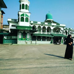 Photo taken at Masjid Tok Guru Pulau Melaka by Mia A. on 9/21/2015