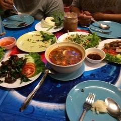 Photo taken at วรา ปลาเผา อาหารไทย-อีสาน by Nadia O. on 12/9/2014