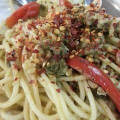 Photo taken at Pizza Hut by Suehaiza S. on 5/22/2014