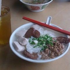 Photo taken at 三间庄猪肉丸粉 by Nicholas L. on 4/7/2013