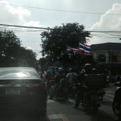 Photo taken at แยกจักรพรรดิพงษ์ (Chakkraphatdiphong Intersection) by Meemee L. on 11/27/2013