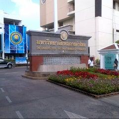 Photo taken at มหาวิทยาลัยหอการค้าไทย (UTCC) University of the Thai Chamber of Commerce by Bank T. on 12/28/2012