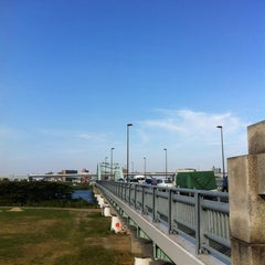 Photo taken at 四つ木橋 by Ryuichiro I. on 8/17/2013