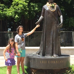 Photo taken at Queen Liliʻuokalani Statue by AlohaKarina 🌺🌈🏄🏻🍹 on 8/14/2015