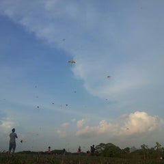 Photo taken at Taman Layang-Layang (Kite Flying) Kepong by Alif K. on 6/29/2013