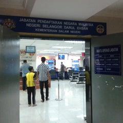Photo taken at Jabatan Pendaftaran Negara Selangor by Zunnurain A. on 5/17/2013