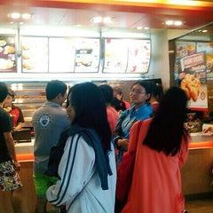Photo taken at KFC (เคเอฟซี) by Jeeranatcha K. on 10/24/2014
