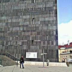 Das Foto wurde bei MuseumsQuartier von Piotr K. am 4/13/2013 aufgenommen