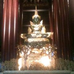 Photo taken at วัดพระแก้ว (Wat Phra Kaeo) by Net Watcharaphon Y. on 11/24/2012