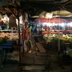 Photo taken at ตลาดนัดแยกกรุงเทพกรีฑา (Yaek Krungthep Kritha Market) by uglypink ✿. on 3/14/2015