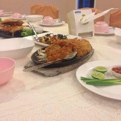 Photo taken at เกียง้วนภัตตาคาร มหาชัยซีฟู๊ด (Kia Nguan Restaurant Mahachai Seafood) by jeab p. on 6/9/2015