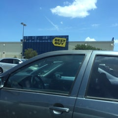 Photo taken at Best Buy by Yvonne R. on 8/10/2014