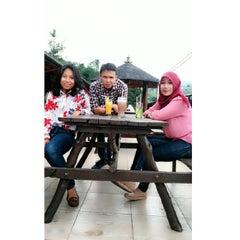 Photo taken at De Tuik Garden Cafe & Resort by Putri I. on 5/13/2015
