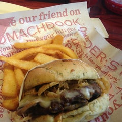 Photo taken at Red Robin Gourmet Burgers by Jackie R. on 6/15/2013