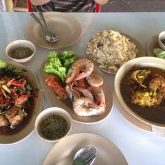 Photo taken at ร้าน 333 หาดแหลมโพธิ์ by Pango Y. on 9/20/2014