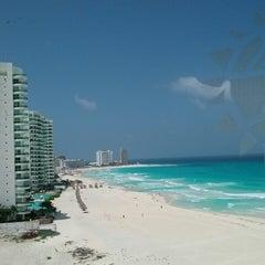 Foto tomada en Sunset Royal Beach Resort por Evelyn M. el 7/21/2013