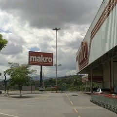 Photo taken at Makro by Plinio M. on 12/28/2013