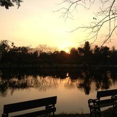 รูปภาพถ่ายที่ สวนวชิรเบญจทัศ (สวนรถไฟ) Vachirabenjatas Park (Rot Fai Park) โดย Moo ON เมื่อ 1/31/2013