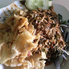 Photo taken at Nasi Pecel Mustika by Arie B. on 4/1/2015
