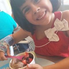 Photo taken at Menchie's Frozen Yogurt by Brujita on 8/24/2014