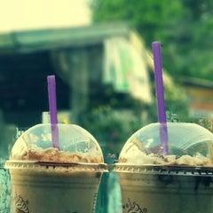 Photo taken at The Coffee Bean & Tea Leaf by Johayra Jaifa N. on 5/20/2013