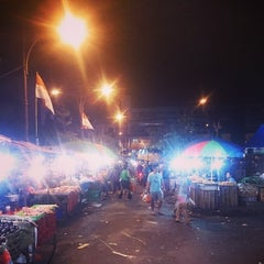 Photo taken at Pasar Kumbasari (Kumbasari Market) by Njong M. on 8/13/2014