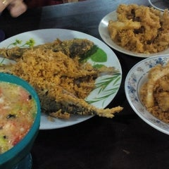 Photo taken at Firdausy Seafood Corner by Fatian Athiea on 11/11/2015