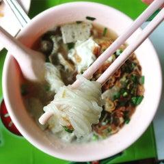 Photo taken at แดง ก๋วยจั๊บญวน (ร้านใหม่) Khun Daeng - Vietnamese Noodle by Scuba D. on 7/31/2015