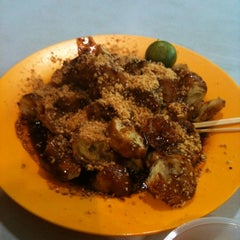 Photo taken at Ayer Rajah (West Coast Drive) Market & Food Centre by Ifwan P. on 3/2/2011