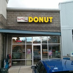 Photo taken at Henry's Donuts by Erik T. on 8/17/2013