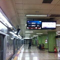 Photo taken at 효창공원앞역 (Hyochang Park Stn.) by moon s. on 10/19/2012