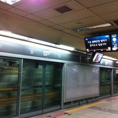 Photo taken at 효창공원앞역 (Hyochang Park Stn.) by moon s. on 1/3/2013