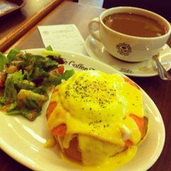 Photo taken at The Coffee Bean & Tea Leaf by Christine O. on 10/4/2013