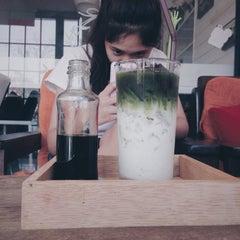 Photo taken at Lomo Cafe'' (โลโม่ คาเฟ่) by เบล เ. on 5/13/2015
